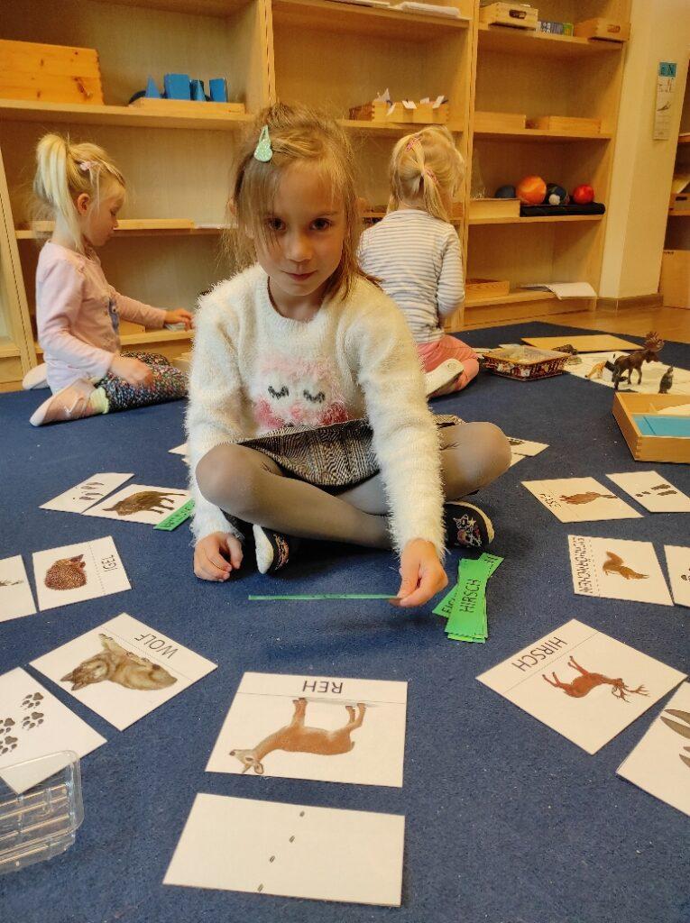 dzieci o pracy montessori